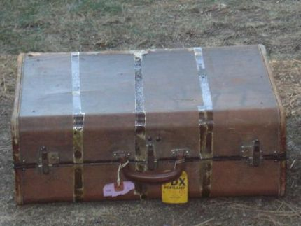 I had this old suitcase laying around. so I decided to use some of those spindle legs. and this is what I did......Saw a simular one, I believe from this website.  loved the idea Thanks to who ever posted it:)