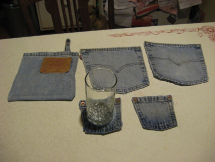 I used two pairs of blue jeans from  my scrap pile to create these coasters and potholder.