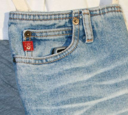 Here's a super easy way to re-use some of your old (favorite) jeans. Jenny K. asked me to create a purse to use when she goes junking. She didn't want anything fussy – it just needed to be small, yet sturdy with a long strap to allow for hands-free shopping ;-)